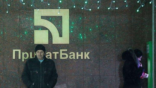 Клиенты ПриватБанка у банкомата в Киеве
