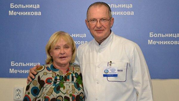 Ада Роговцева и главврач больницы им. Мечникова Сергей Рыженко