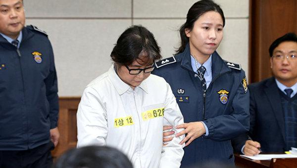 В Южной Корее начался суд над Цой Сун Силь, коррупционный скандал вокруг которой привел к импичменту президента страны Пак Кын Хе.