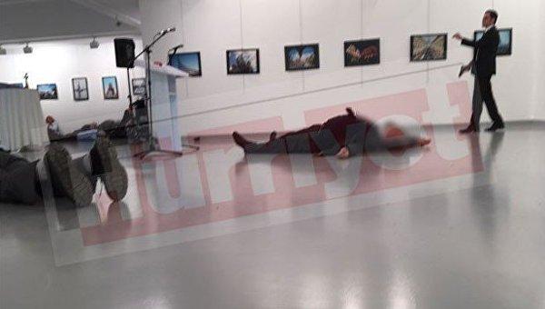 На месте покушения на посла РФ в Турции Андрея Карлова (лежит на полу)