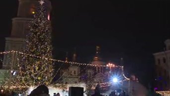 В Киеве зажгли главную елку Украины. Видео