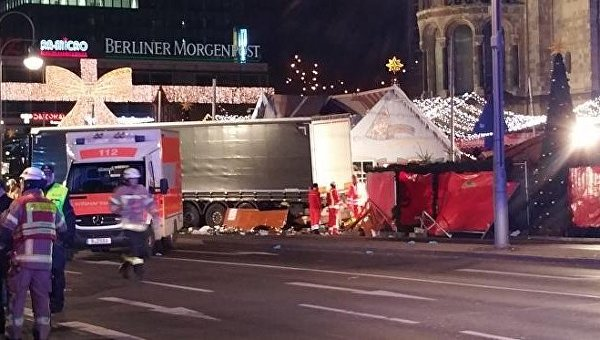 Полиция забирает на экспертизу грузовик, протаранивший толпу в Берлине