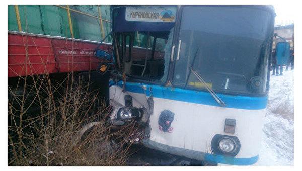 НаДонбассе пассажирский автобус столкнулся споездом