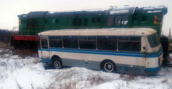 ВДонецкой области автобус спассажирами попал под поезд