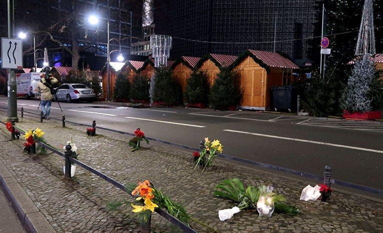 Цветы у места ЧП в Берлине, где грузовик наехал на толпу людей