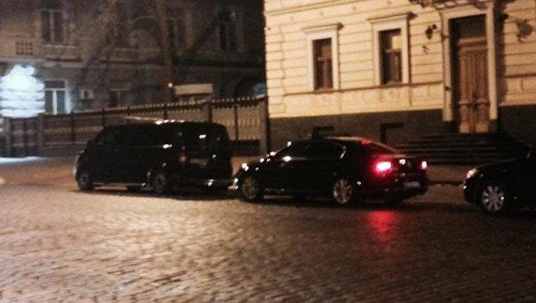 Кортеж президента возле здания СБУ в Киеве