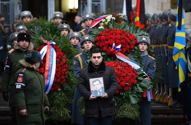 Церемония прощания с послом России в Турции Андреем Карловым. Траурная процессия выходит из здания министерства иностранных дел России.