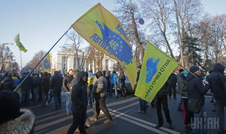 Участники акции протеста перекрыли движение транспорта на Грушевского в Киеве, где проходил митинг за законопроект №5567 об урегулировании транзита и временного ввоза автомобилей с иностранной регистрацией для личного пользования.