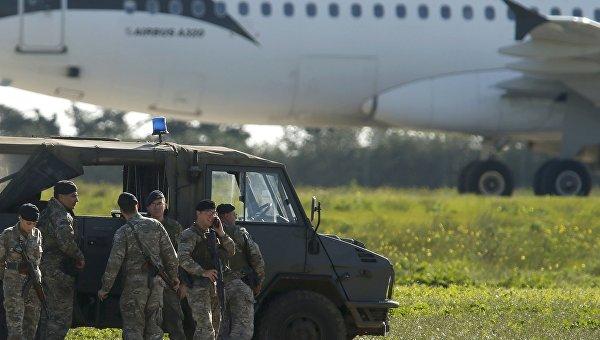 Угонщики ливийского самолета отпустили заложников