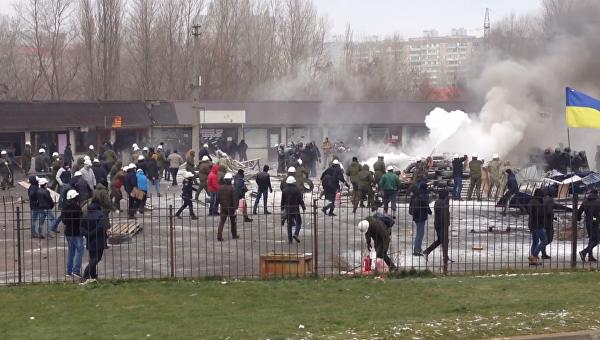 Демонтаж МАФов и горящие шины у метро Харьковская в Киеве