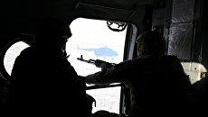 Военнослужащие ВСУ в вертолете на территории АТО