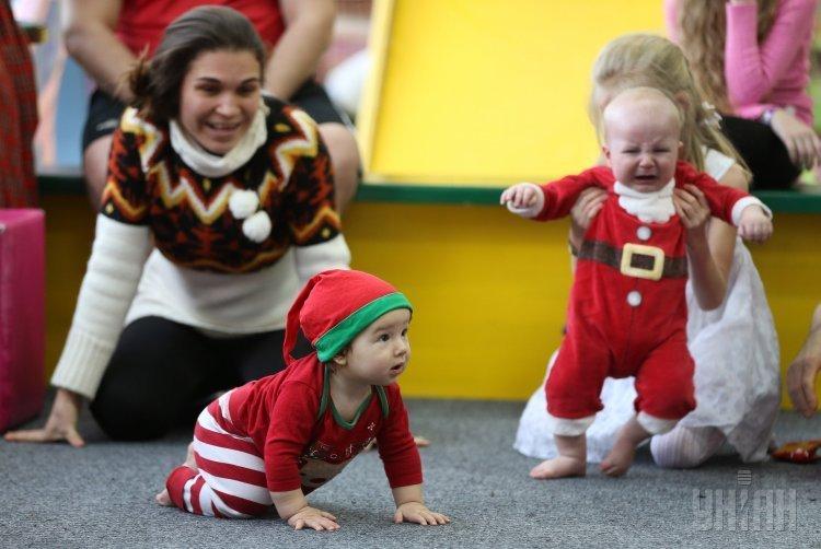 Гонки малышей в костюмах Санта-Клаусов во Львове