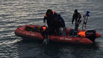 Спасатели МЧС РФ подняли из воды предположительно фрагменты упавшего Ту-154. Видео
