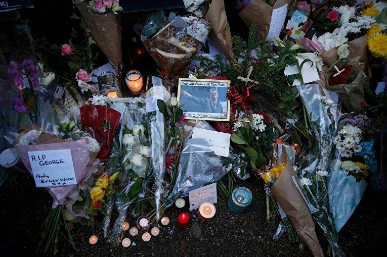 Поклонники творчества Джорджа Майкла несут цветы
