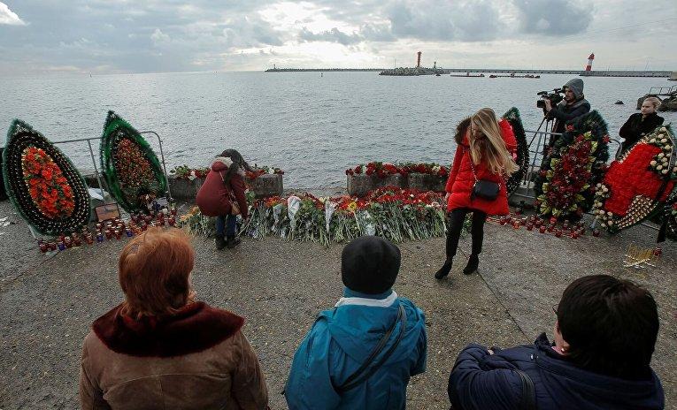 Цветы в память пассажиров и членов экипажа самолета Ту-154