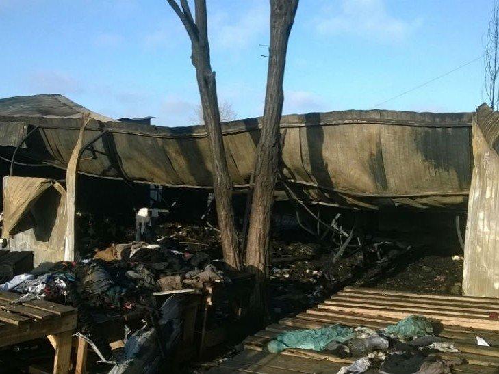 Последствия пожара на рынке у станции метро Лесная в Киеве