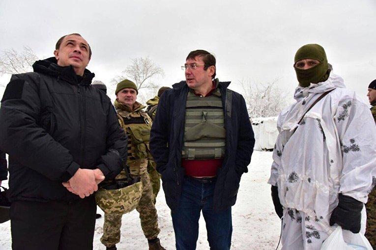 Генеральный прокурор Юрий Луценко передал беспилотный летательный аппарат бойцам взводного опорного пункта на рубеже города Торецк