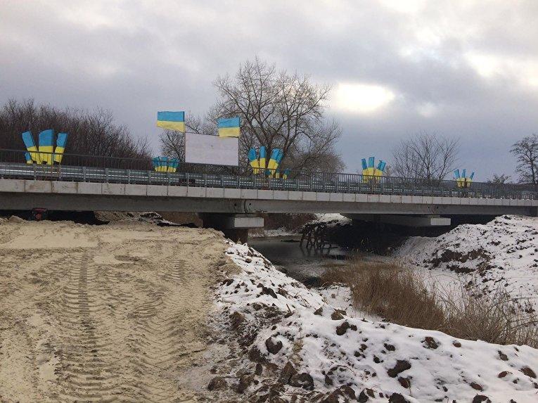 Мост на окраине Северска Донецкой области через реку Сухая Плотва, который был уничтожен в 2014 году, восстановили и во вторник сдали в эксплуатацию