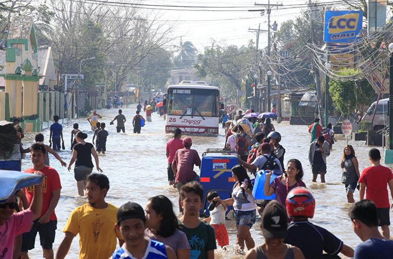 Тайфун Нок-тен обрушился на восточную часть Филиппин в воскресенье. Более 429 тысяч человек были эвакуированы из своих домов, более 330 рейсов пришлось отменить из-за тайфуна. Власти проводят оценку ущерба
