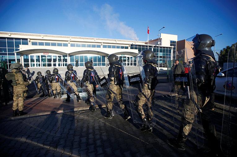 Первый судебный процесс по делу сторонников оппозиционного исламского провопедника Фетхуллаха Гюлена (FETÖ), которых турецкие власти обвиняют в участии в попытке переворота в июле, начался в Стамбуле