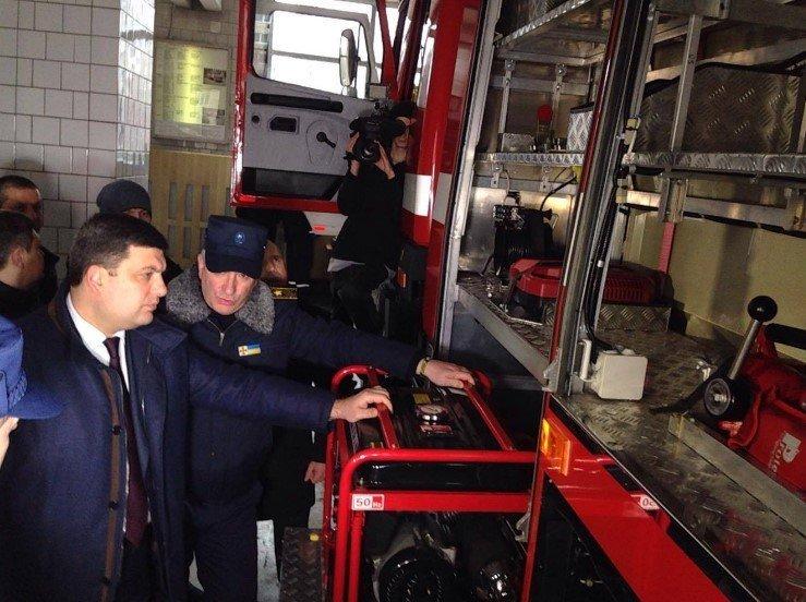 Заработная плата сотрудников Государственной службы Украины по чрезвычайным ситуациям в 2017 году будет увеличена. В этом заверил премьер-министр Владимир Гройсман во время посещения Государственной пожарно-спасательной части №13 в Киеве