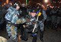 Внутренние войска и Беркут штурмуют лагерь митингующих на Майдане. Архивное фото