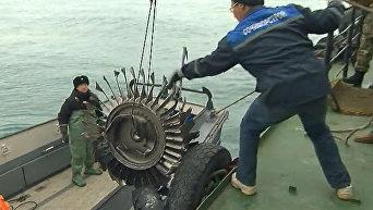 Специалисты доставили на берег фрагменты приборной панели и турбины Ту-154. Видео