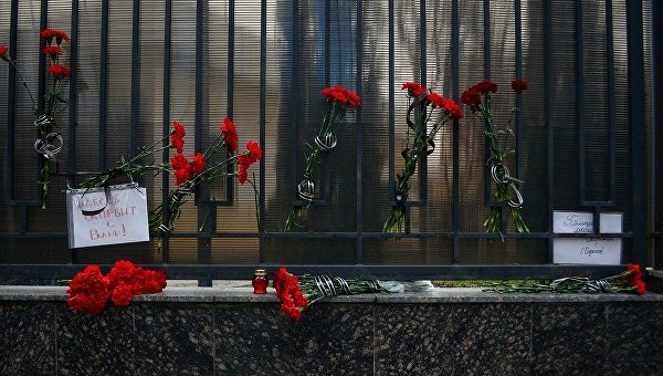 Цветы у Генконсульства РФ в Одессе