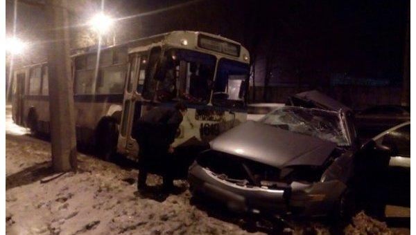 ВМариуполе полицейский наскорости протаранил троллейбус, есть погибший