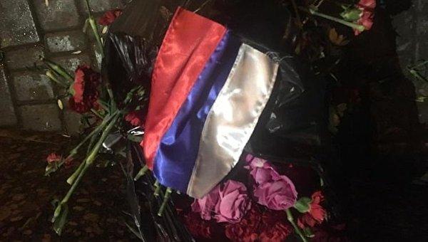 Активисты Правого сектора выбросили на мусор цветы, свечи и самодельные плакаты, оставленные одесситами у забора российского консульства в Одессе