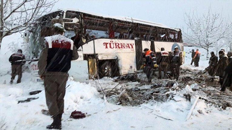 В Турции пассажирский автобус упал со скалы
