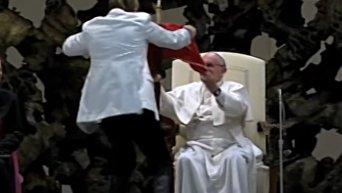 Папа Франциск помог фокуснику поднять стул. Видео