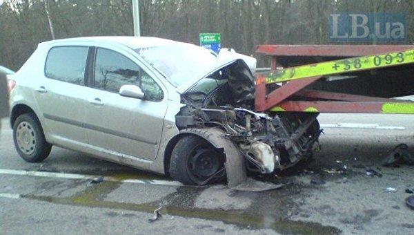 Легковой автомобиль въехал в эвакуатор под Киевом 30 декабря 2016 года