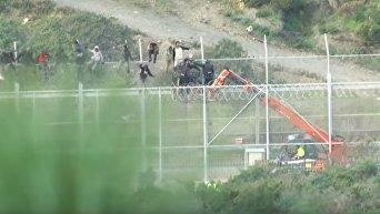 В Испании тысяча мигрантов пыталась перелезть 6 метровое ограждение на границе. Видео