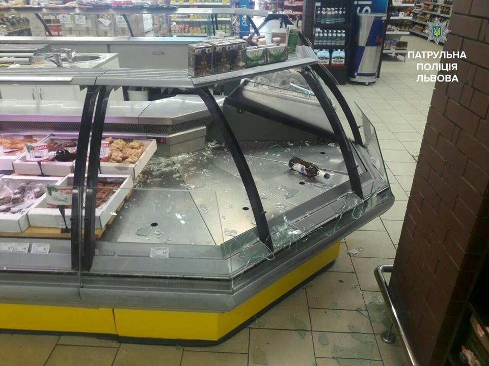 ВоЛьвове вооруженный мужчина устроил погром всупермаркете