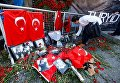 Цветы в знак памяти о погибших у ночного клуба Reina в Стамбуле (Турция)