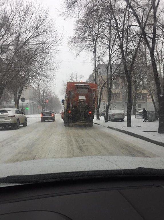 Работа техники в Днепре во время снегопада