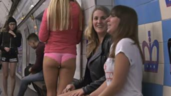 В городах мира прошел флешмоб В метро без штанов. Видео