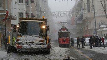 Сильные снегопады обрушились на Стамбул