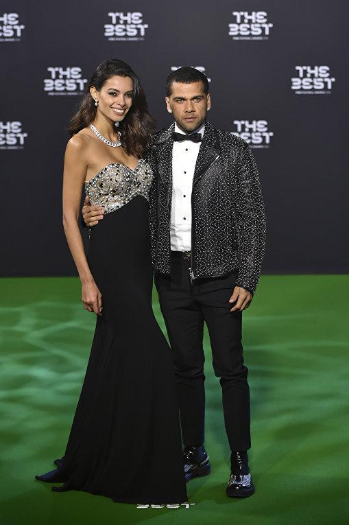 Даниэл Алвес да Силва — бразильский футболист, защитник итальянского клуба Ювентус и сборной Бразилии со своей возлюбленной