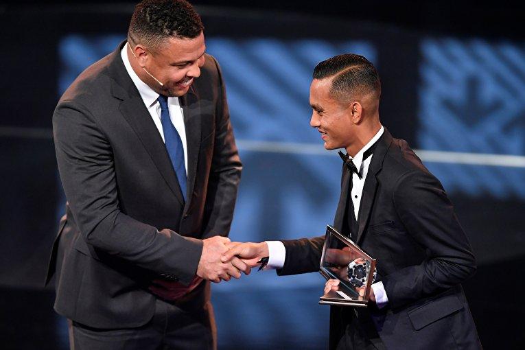 Малайзийский футболист, автор самого красивого года-2016 по версии ФИФА Мохд Фаиз Субри и Криштиану Роналду.