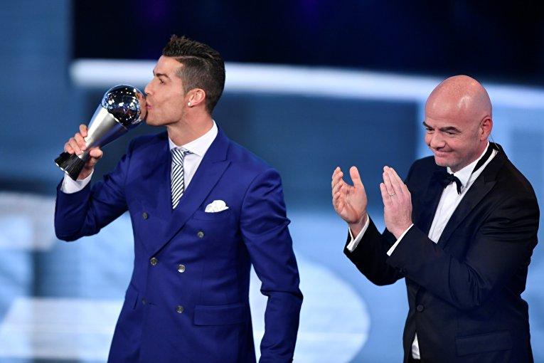 Нападающий мадридского Реала и сборной Португалии Криштиану Роналду и президент ФИФА Джанни Инфантино.
