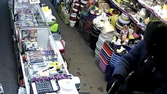 Появилось видео вооруженного ограбления магазина в центре Киева