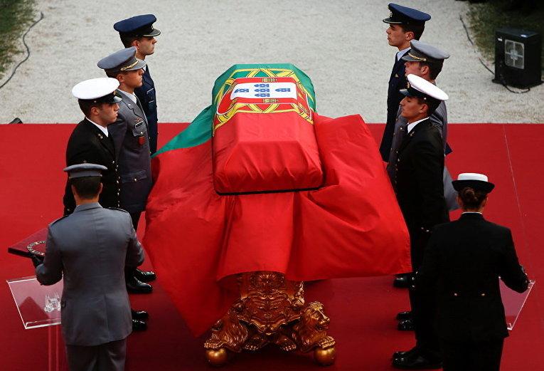 Гроб бывшего президента и премьер-министра Португалии Марио Соареш во дворе монастыря Йеронимуса на похоронной церемонии