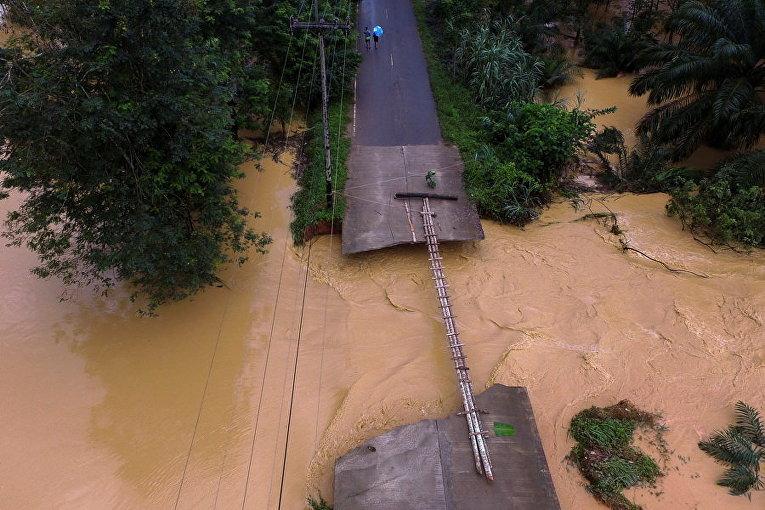Мост поврежден в результате наводнений в провинции Сурат Тани, южной части Таиланда.
