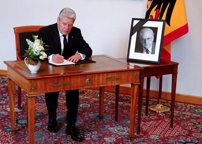 Президент Германии Гаук расписывается в книге соболезнований в память о бывшем президенте Романе Херцоге, который умер в возрасте 82 лет