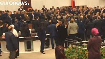 Турецкие депутаты подрались из-за конституции. Видео
