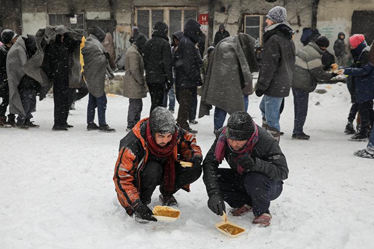 Сербские мигранты, мороз и очереди за едой