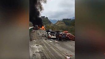 ДТП в Китае: столкнулись почти 20 автомобилей, погибли 6 человек
