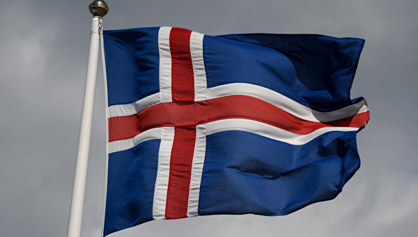 Государственный флаг Исландии в исландском городе Коупавогюр